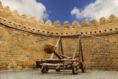 Katapultieren Sie das hölzerne Türkischen Mancinik in der Stadtmauer Icheri Sheher (alte Stadt) von Baku, Aserbaidschan lizenzfreie stockfotos