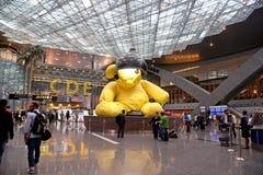 KATAR - 20. APRIL: Flughafenabfertigungsgebäudeinnenraum am 20. April 2015 in Doha hasten Dieser Flughafen ist neuester internati Stockfotos
