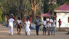 Kataragama, Σρι Λάνκα - 2019-03-29 - μικρή παρέλαση εορτασμού για να ευχαριστήσει τους ινδούς Θεούς για την υγεία 1 childs - που  απόθεμα βίντεο