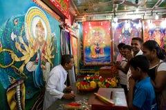 KATARAGAMA, SRI LANKA - 5. MAI: Saga Dawa-Festival zum celebrat lizenzfreie stockfotos