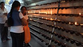 Kataragama, Sri Lanka - 2019-03-29 - mulheres adiciona o óleo à sala da oração da vela para o deus hindu filme