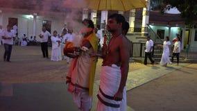 Kataragama, Sri Lanka - 2019-03-29 - padres hindu reza e queima o incenso filme