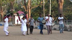 Kataragama, Sri Lanka - 2019-03-29 - parada pequena da celebração para agradecer a deuses hindu para a saúde 2 dos childs - avô filme