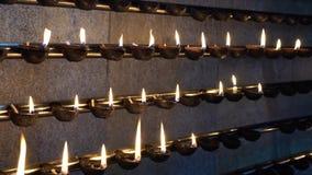 Kataragama, Sri Lanka - 2019-03-29 - pièce de prière de bougie avec les bougies allumées pour un dieu indou banque de vidéos