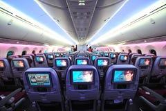 Katarska drogi oddechowe Boeing 787-8 Dreamliner gospodarki klasy kabina przy Singapur Airshow zdjęcie stock