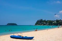 Katastrand, Phuket die, Maart 2013, Mensen op mooi Kata-strand ontspannen royalty-vrije stock afbeelding