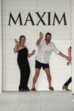 Kate Lanphear ha collaborato con il gruppo di progettazione di Onis per produrre la sfilata di moda di Maxim Swimwear Launch Immagini Stock