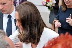 Kate Middleton bland folkmassorna i Warszawa Arkivbild