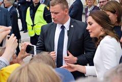Kate Middleton bland folkmassorna i Warszawa Arkivfoton