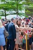 Kate Middleton et prince William rencontrant les wishers bons, septembre 12 2012 de Singapour Photographie stock libre de droits