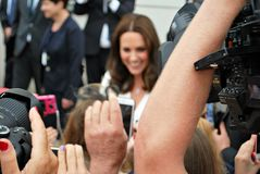 Kate Middleton hälsningfolkmassor i Warszawa Royaltyfria Foton