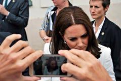 Kate Middleton powitanie tłoczy się w Warszawa Fotografia Royalty Free