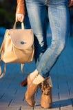 Kate_Volovikova Ботинки ног женщины и рюкзак сумки Стоковая Фотография