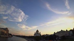 Katedra Chrystus wybawiciel przy zmierzchem Miękkie białe i szare chmury są przekształcać i ruszać się przez niebieskie niebo Fis zbiory wideo
