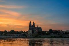 Katedra Magdeburski przy rzecznym Elbe przy zmierzchem, Magdeburska obraz stock