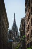 Katedra między dwa budynkami Zdjęcie Stock