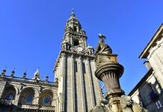 Katedra, romańszczyzny Platerias fasada i barokowy zegarowy wierza z kamienną koń fontanną, compostela de Santiago Spain obraz royalty free