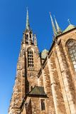 Katedra St Peter i Paul w centrum Brno miasto - republika czech dzwon kościelny wieży zdjęcie stock