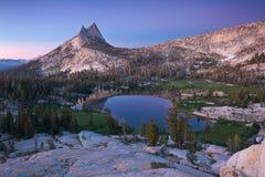 Katedralny jezioro i szczyt zdjęcie royalty free