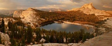 Katedralny jezioro Kalifornia - Yosemite park narodowy - zdjęcie stock