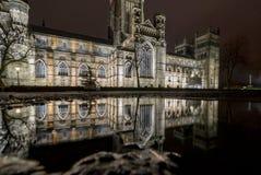 Katedralny nocy odbicie w kałuży fotografia stock