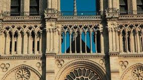 Katedralny notre-dame de paris w niebieskim niebie na zmierzchu zdjęcie wideo