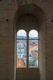 Katedralny okno w kierunku miasta Zdjęcia Stock