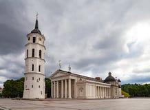 Katedry Kwadratowy i dzwonkowy wierza przy zmierzchu światłem w Vilnius, Lithuania, państwa bałtyckie Zdjęcie Stock