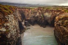 Katedry wyrzucać na brzeg z swój naturalnymi rockowymi łukami na wybrzeżu L, Zdjęcie Stock