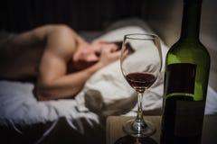 Kater-Mann mit Kopfschmerzen in einem Bett nachts stockbild