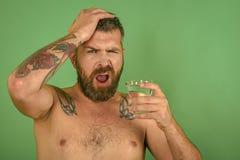 Kater und Durst, Kopfschmerzen lizenzfreie stockbilder