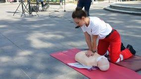 KATERINI GREKLAND - OKTOBER 17 2018: Instruktören av Röda korset som visar CPR på den utbildande dockan royaltyfria bilder