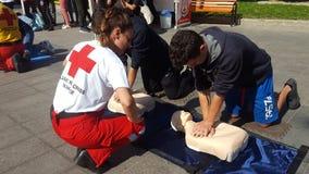 KATERINI GREKLAND - OKTOBER 17 2018: Instruktören av Röda korset som visar CPR på den utbildande dockan arkivbilder