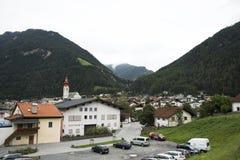 kath Церковь Pfarramt в малом переулке на деревне Pfunds в Тироле, Австрии Стоковое Изображение