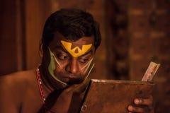 Kathakali方次数为表现做准备通过申请面孔构成 库存照片