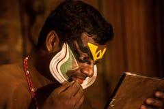 Kathakali方次数为表现做准备通过申请面孔构成 免版税图库摄影