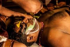 Kathakali方次数为表现做准备通过申请面孔构成 免版税库存图片