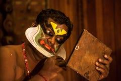 Kathakali方次数为表现做准备通过申请面孔构成 图库摄影