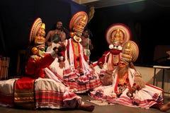 Kathakali artyści wykonują na scenie Zdjęcia Royalty Free