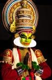 Kathakali kerala klassiska dansmän som hälsar ställingsblick in mot åhörare arkivbilder