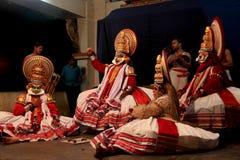 Kathakali konstnärer utför på etapp Arkivfoto