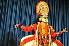 Kathakali tancerz przygotowywający spełnianie obraz stock