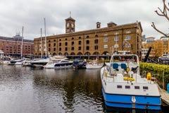St. Katharine船坞,塔小村庄,伦敦。 图库摄影