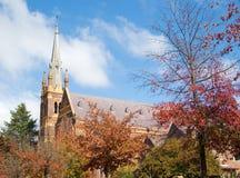 Kathedraal achter de herfst RT Royalty-vrije Stock Foto's