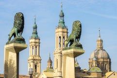 Kathedraal-basiliek van Onze Dame van de Pijler en twee standbeelden van leeuwen Royalty-vrije Stock Afbeelding