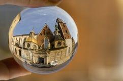 Kathedraal in een kristallen bol stock foto's