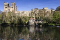 Kathedraal en molen Stock Foto's
