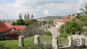 Kathedraal en straatcityscape Pecs stock videobeelden