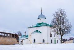 Kathedraal en vestingsmuur in de winterscène Stock Afbeeldingen