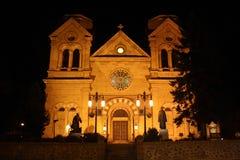 Kathedraal in Fe van de Kerstman, New Mexico bij nacht Stock Afbeeldingen